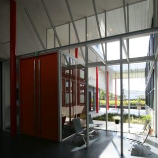 待合室~エントランス/エントランス入ってすぐの待合室。吹き抜けで、明るさもあり開放感のある空間に