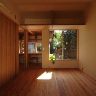寝室/写真左側は一面クロゼット。それに加え、入口上部には奥行きのある棚がある。シンプルながらも収納力は抜群