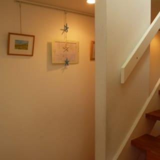 階段横に設けられたキャラリースペースにはお気に入りの絵や子どものたちの作品が飾られる