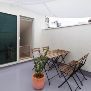 テラス/テーブルや椅子を置いてもこの余裕。夏はタープを使わないと暑いくらい日当たりがいい。屋外の風や光が気持ちよく、愛犬と遊ぶのにも適した場所だ