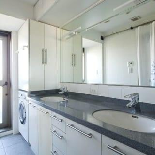 7階(自邸)洗面室/すっきりとした洗面室。水栓は2つあり、家族5人で暮らしていた時期も朝の身支度が楽だったそう