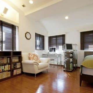 8階(自邸)ご主人の書斎兼寝室/以前は息子さんの寝室だった場所。居室はいずれも採光がよく快適。家族構成やライフスタイルが変わり、誰がどんな使い方をしても心地よく暮らせる