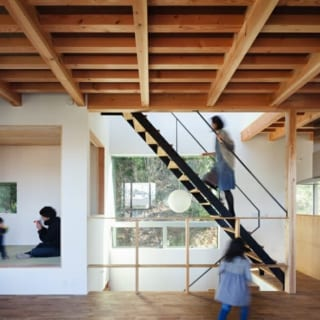 2階LDKの天井は、あらわしの構造梁に細かな化粧材を加えて意匠性を高めた。小上がりの和室はお子様の遊び場、客室として利用している