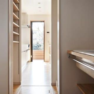 1階 パントリー、洗面所/ランドリーのある洗面所、パントリー、キッチン間は直線で移動でき、家事動線が非常に優れている。洗濯物を干すときは、写真奥のドアからテラスに出ることが可能