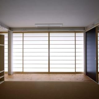 【写真】座敷の障子を閉めたところ。襖の代わりに合板の引き戸、畳の代わりにサイザル麻をつかった