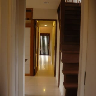 奥の表玄関から手前のファミリー玄関まで一直線。スムーズな生活動線が確保されるだけでなく、風の通り道にもなる。