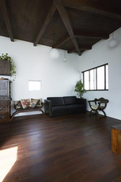 入居後のリビング。天井や柱の色合いが、A様の所有していた家具と見事に揃っており、白壁との対照が美しい