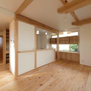 1階 LDK/写真左奥が玄関ホールからLDKに入る引き戸。そこからキッチンの調理台を囲むように空間が広がり、リビング~ダイニング~キッチンを回遊できる