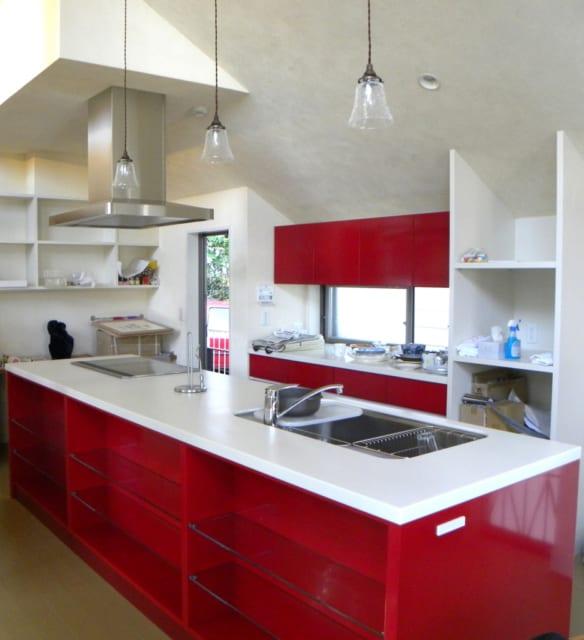 オープンキッチンは、白を基調にモダンでポップな赤でアクセントをつけ、隣接するリビング、ダイニングと異なる雰囲気に。家事動線に合わせてシンプルな棚を造作、使い勝手のよさはWさん夫人のお気に入りだ。