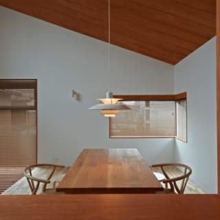 キッチンから見たダイニング/無駄な物を廃した空間にマッチするテーブルセットと照明