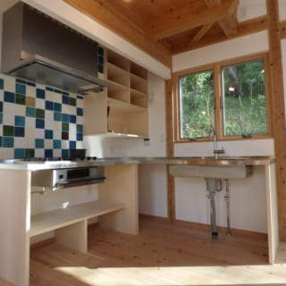 キッチン/シンク下部はオープンにし、必要に応じて自由に使えるようにした。「オープンシンクは使い勝手のよさもあり、近年とくに人気ですね」と市川さん