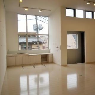 北側に2・5m×2・8mの大開口と4m×0・6mのスリット窓を配して採光を確保。窓際にはコーヒーを入れたり画材を洗うためのコンパクトな流し台を設置