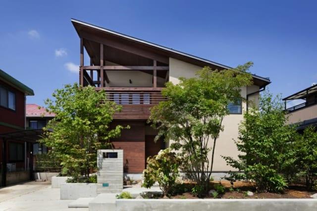 シンプルな片流れ屋根が目を引くNさん邸の外観。木製ルーバーは、意匠性、機能性を両立。