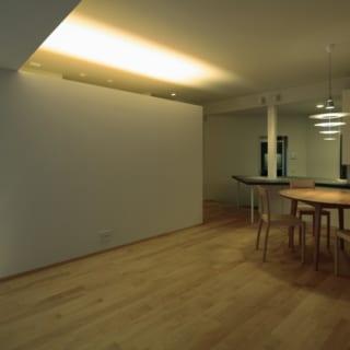 リビング~ダイニング/床にはメープルの無垢材を使用。写真右のダイニングテーブルの設計や、テーブル上部のペンダントライトのセレクトも秋山さんの手によるもの。必要に応じ、完成した空間の雰囲気に合わせた家具の設計や選定なども行っている