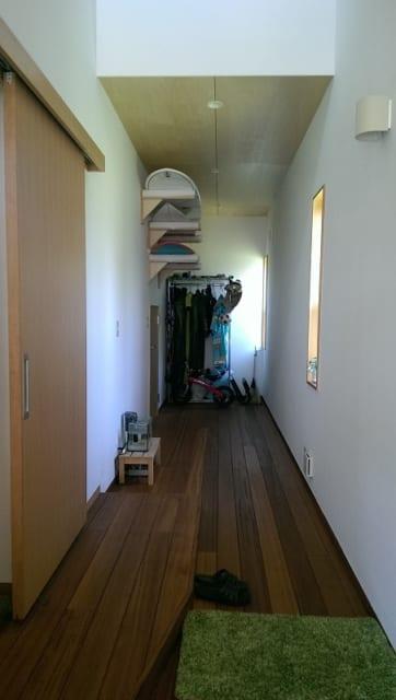 玄関スペースのサーフボード置き場。明るい玄関スペースは部屋といっても充分、通用する快適さ