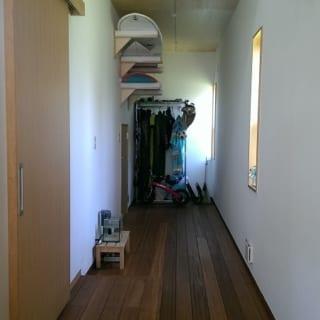 玄関スペースのサーフボード置き場。明るい玄関スペースは部屋といっても充分、通用する快適さ。