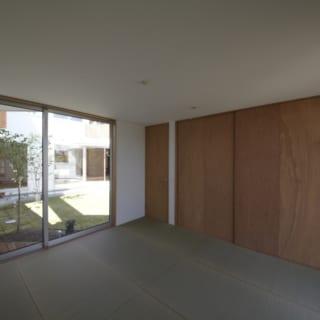 ご両親のための和室。広場の反対側には、家の外にそのまま出られる大きな窓がある