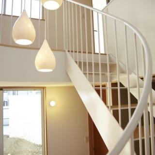 階段に吊るしたお気に入りの照明。階段下にある、丸い遊び場がやわらかく照らされる