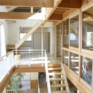 2階プレールーム~ロフト階/土間からの階段をのぼりきったところは、お子さんたちが自由に遊べるプレールーム。その先には和室がある。写真右、和室の隣は主寝室。大きなトップライトから差し込む光がロフト階~2階~1階までを明るく照らす