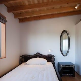 2階の主寝室。窓から馬場の様子が見える