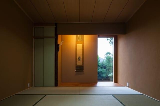 2階の和室。床の間の壁を引き出して、掛け軸をかざり、外の緑を見せている