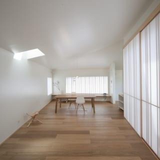 LDKの大きな窓には、Kさんがデザインして建具屋さんにつくってもらった障子。鋸目の入った、ザラッとした風合いの床材は足触りが良く、ご両親も気に入っている