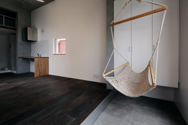 神楽坂のマンションの1室。広い土間玄関にかかっているハンモックはオーナーからのプレゼント。