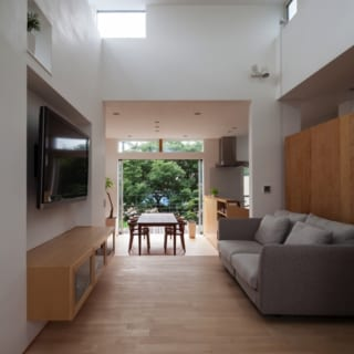 和室~リビング~ダイニング/和室からも南側の緑が広がる景色を楽しむことができる。床材は1階同様カバザクラを使用。すっきりとした統一感のある床に仕上がった。和室の畳の下は収納スペースとなっている