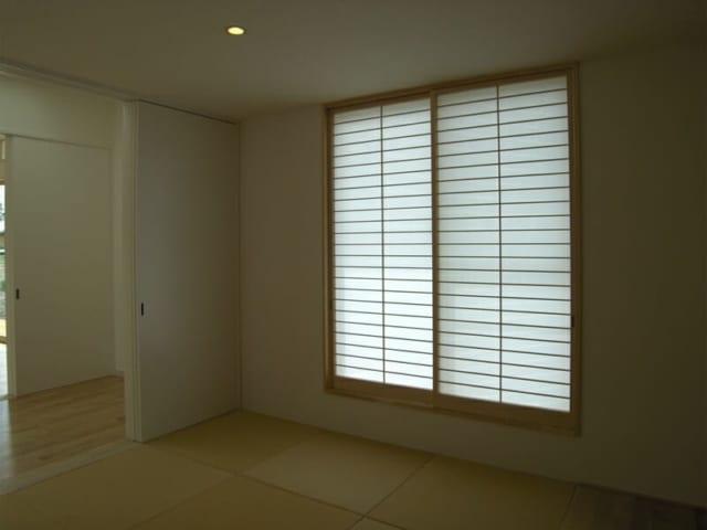 和室/ホールを挟んでリビングとつながっている和室。来客時には引き戸を締めれば閉じた空間となる