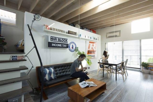 2階の子世帯のリビングルーム。現しにした天井、使い古したような風合いの床材、集めてきたインテリアが映える白い壁など、デザインとファッションが大好きなご夫妻のセンスをそのまま活かした空間に。ソファはアメリカでしか展開していない家具メーカー『トーモス・モーザー』のものを個人輸入するほどこだわった。