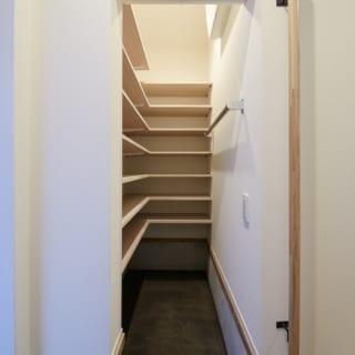 1階 シューズクロゼット/玄関の土間の脇には、大容量のシューズクロゼットを設置。傘などをかけるのに便利なバーもある