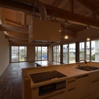 キッチンから見たリビング/別荘ということでシンプルにしつらえられたキッチン。ここに立つと大きく開けた窓から庭の風景を眺めることができる