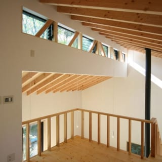 右の窓の部分に斜めに入っている木がトラス。高いところからも光がはいって、室内はとても明るい