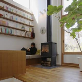 本に囲まれたライブラリースペース。薪ストーブのそばで、ぬくぬくとあったまりながらの読書は至福の時間
