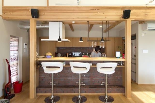 バーカウンターのあるキッチンは大人の雰囲気。カウンターが高いので、ダイニングに座っていても手元は見えない。