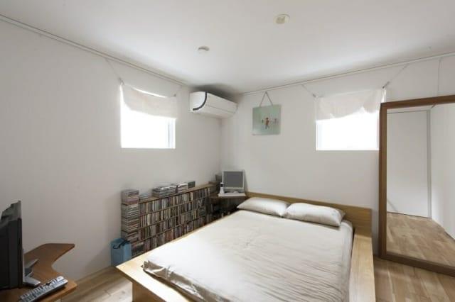 1階の寝室。ドアをしめればエアコンの効きもよく、快適。窓から、お隣の夕飯のにおいが漂ってくるのはご愛嬌。