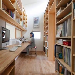 2階書斎/たっぷり本を収納でき、欲しいものにすぐ手が届くベストな広さ。室内窓から視界が開けるため、コンパクトなのに開放感がある。造り付けの横長カウンターは、多羅尾さんが手掛ける家によく取り入れるもの。資料やパソコンを横に並べて作業しやすく、とても使いやすいそう