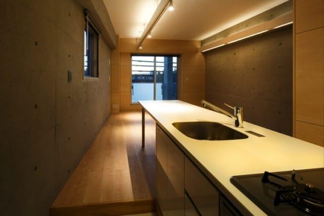 内装/壁はコンクリート打ち放しと、塗料で明るい色調としたシナベニヤ。天井は白のペンキ塗装。これらの内装と間接照明の組み合わせで、空間の広がりや明るさを演出。メンテナンスがラクで劣化が目立ちにくく、長期間にわたり見た目がほとんど変わらないこともメリットだ