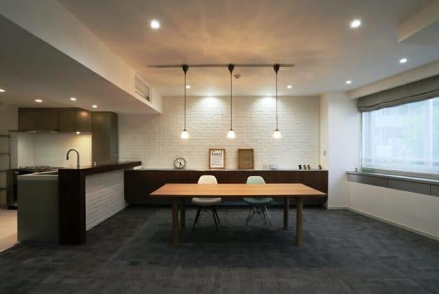 LDK/ダイニングスペースの奥には広々としたキッチンを配置。料理をしながらゲストと会話ができるよう工夫されている