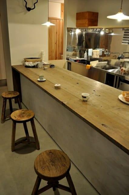 1階 カウンター/厨房側のカウンター。金子さんがつくった空間にマッチする椅子はKさんが古道具屋で購入