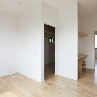 2階 子供部屋/奥様と娘さんが使用する部屋。ドアや窓枠、床と接する巾木(はばき)は白い壁になじむ淡い色で仕上げた。クリアオイルで塗ったメープル材の木の風合いとのバランスが素晴らしい
