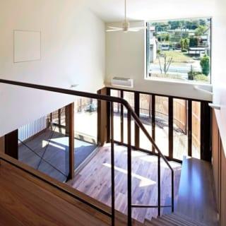 階段/天井に設置されたサーキュレーターが1階と2階の空気を循環させる