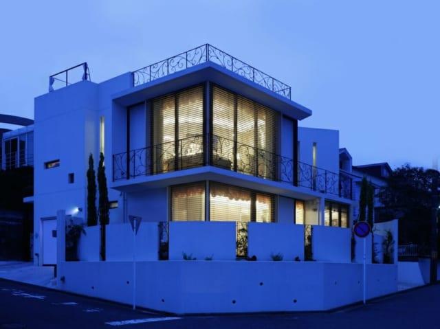 夜のCasa Ciero y Mar。スッとした立ち姿になっているのは、菅原さんが屋根の素材や形状を吟味して設計しているから