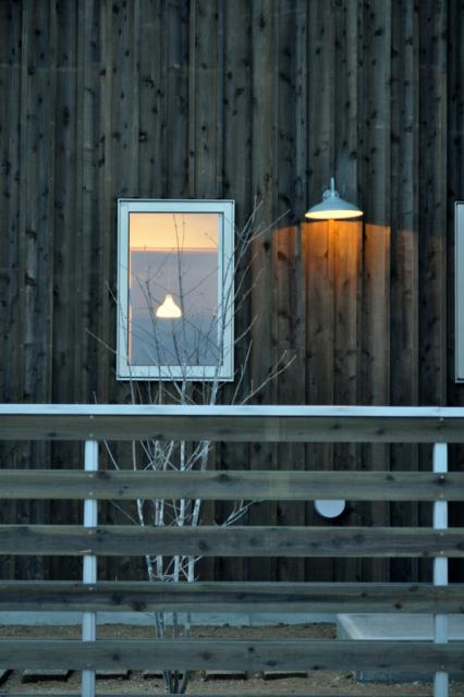 外壁/塀/外壁に合わせ、塀も杉板を使用。杉板の色合いと白い枠のコントラストが映え、重すぎない印象に。木の風合いに合わせたレトロなブラケットライトがカワイイ