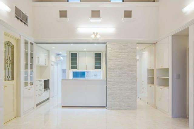 正面からみた家事スペース。キッチンには左右から回り込むことができ、家事や事務作業の効率があがる