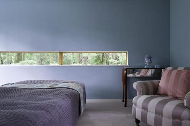 寝室/寝室の壁は道路に面しているため、細い窓を取り付けた