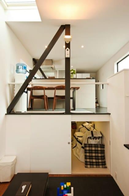 奥様が熱望したスキップフロアの床下収納。ダイニングキッチン(2階)とリビング(中2階)の段差を活かして、ダイニングキッチンの床下を幅2.4m、奥行き5mの大容量の収納にしている