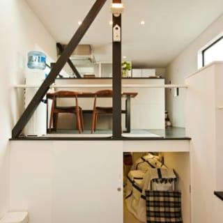 様が熱望したスキップフロアの床下収納。ダイニングキッチン(2階)とリビング(中2階)の段差を活かして、ダイニングキッチンの床下を幅2.4m、奥行き5mの大容量の収納にしている