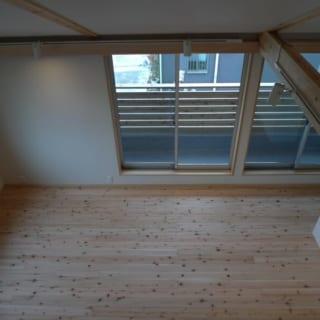 屋根裏から生活スペースを見下ろしたところ。高断熱高気密にしてあるため、天井はつけずに屋根のすぐ下まで広々と使える。