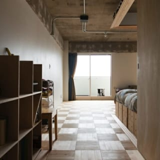 来客側の玄関から入った通路/H邸には玄関が2つあり、その1つは来客用。プライベートなものは見せずに、おもてなし空間に案内することができる